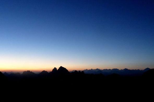 05.19 h, une bande jaune et orange annonce la venue du soleil