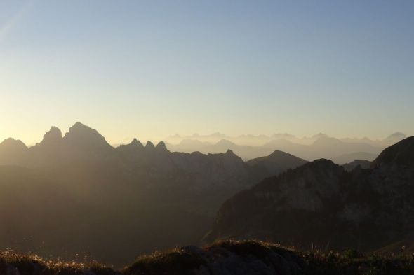 06.21 h, le soleil inonde la vallée